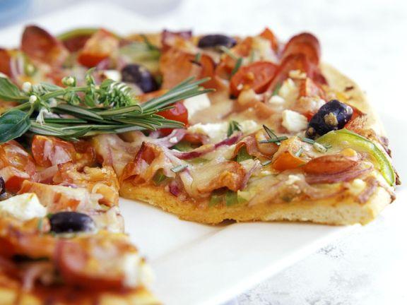 Pizza mit Schinken und Paprika