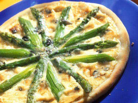Pizza mit Spargel und Käse