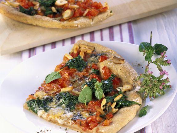 Pizza mit Spinat und Pinienkernen