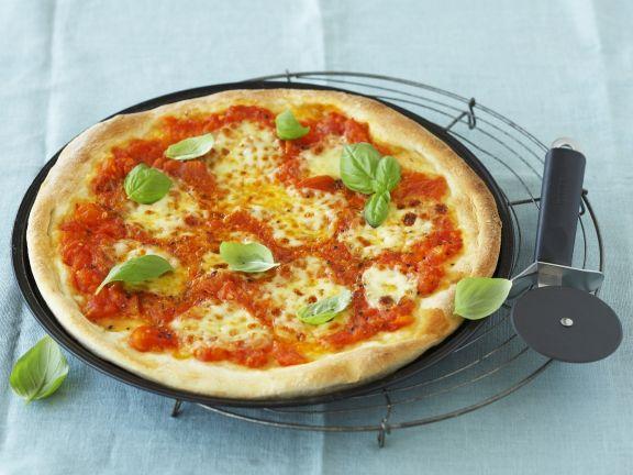 Pizza mit Tomate und Mozzarella (Margarita)