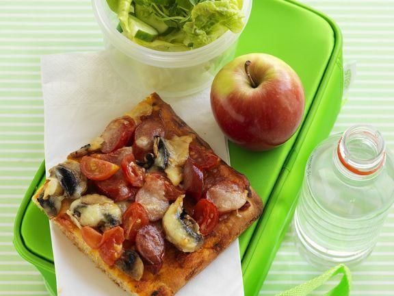 Pizza mit Tomaten, Chorizo und Champignons