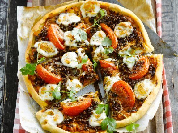 Pizza mit Tomaten, Mozzarella und Linsen