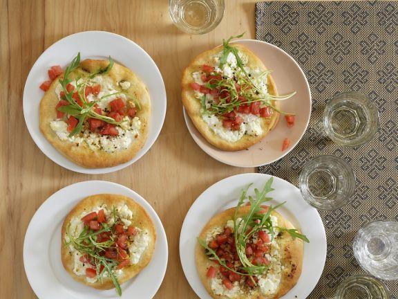 Pizza mit Tomaten und Käse