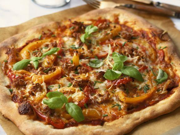Pizza mit Wurst und Paprikaschote