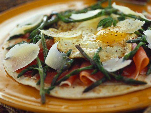 Pizzafladen belegt mit Schinken, Spargel und Ei