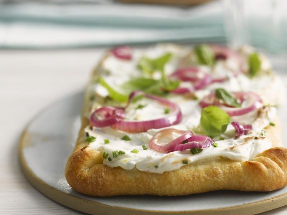Pizzafladen mit Sauerrahmcreme und Zwiebeln