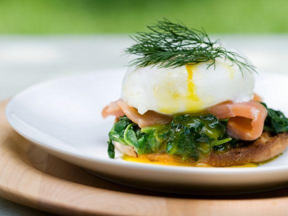 Pochierte Eier mit Lachs und Spinat