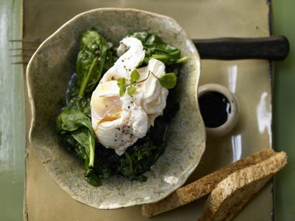 Pochierte Eier auf Spinat