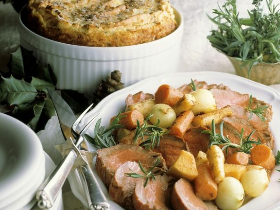 Pochiertes Rinderfilet mit Gemüse und Rosmarin und Kartoffel-Kräuter-Soufflé