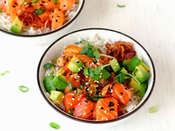 Poké-Bowl mit Avocado und Reis
