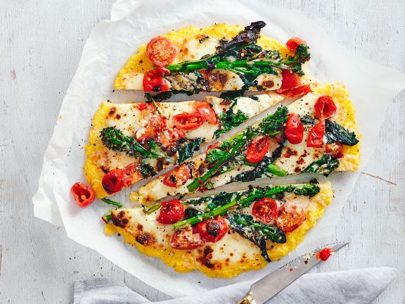 Polenta-Pizza mit lila Brokkolini