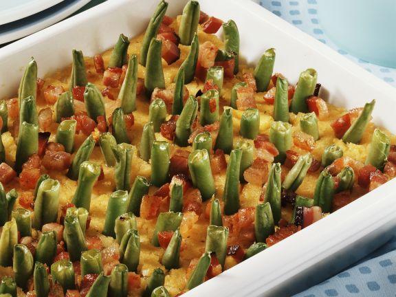 Polenta-Speck-Auflauf mit grünen Bohnen gespickt