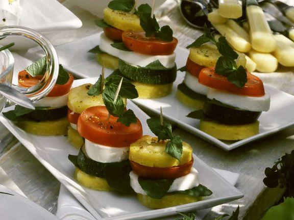 Polenta-Taler mit Mozzarelle, Zucchini und Tomate