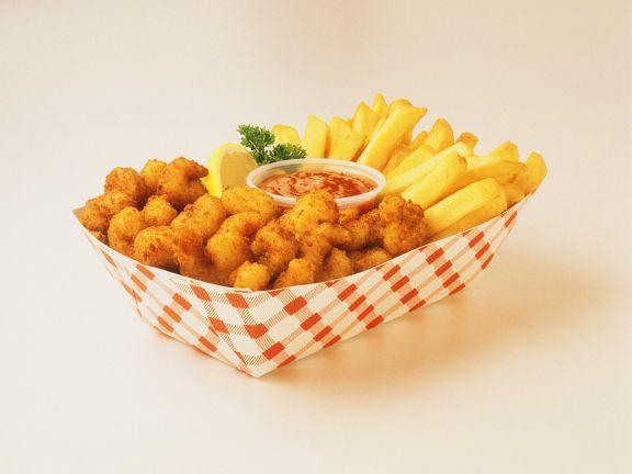 Pommes frites mit panierten Shrimps
