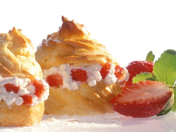 Profiteroles mit Hüttenkäse und Erdbeeren