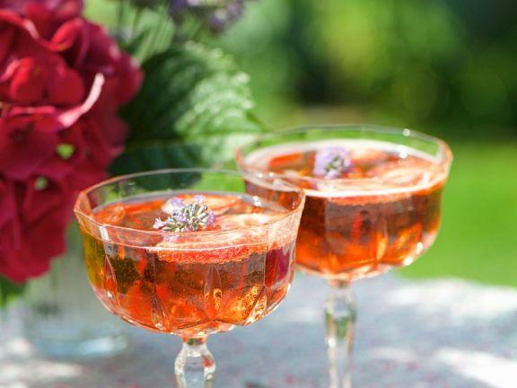 Prosecco mit Erdbeeren und Lavendelblüten