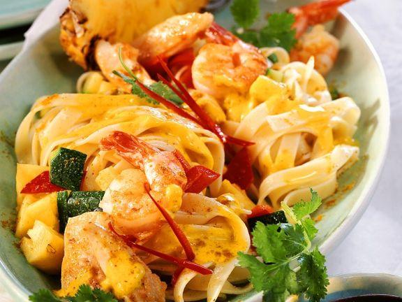Puten-Nudelpfanne mit Shrimps und Ananas
