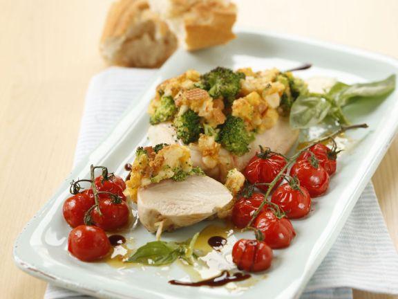 Putensteak mit Broccoli-Käsekruste und Ofentomaten