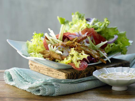 Putenstreifen auf buntem Salat