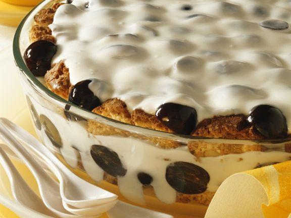 Quarkcreme mit Trauben und Keksen