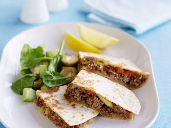 Quesadillas mit Hackfüllung und Salat