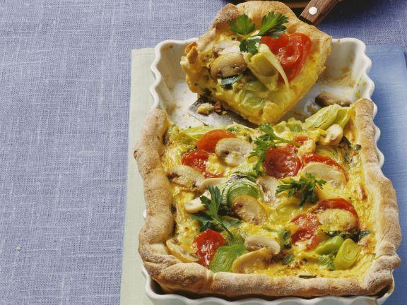 Quiche aus Kartoffelteig mit Champignons, Porree und Cherrytomaten