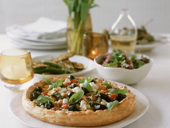 Quiche mit Ricotta, Oliven, Cocktailtomaten und Basilikum