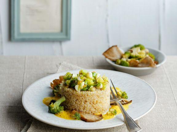 Quinoa mit Brokkoli, Pilzen und Currysauce