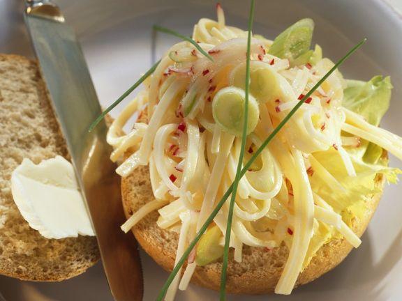 Radieschen-Bergkäse-Salat auf Brötchen