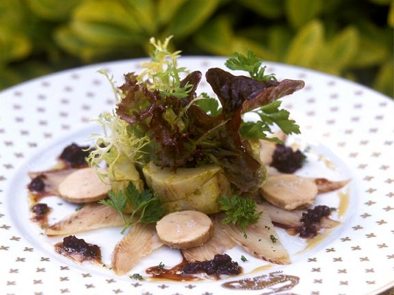 Räucheraal mit Gänseleberpastete und Salat