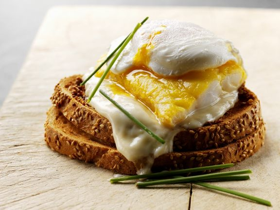 Räucherfisch mit Käse und Ei auf Brot