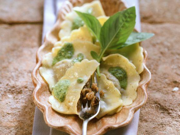 Ravioli mit grüner Sauce