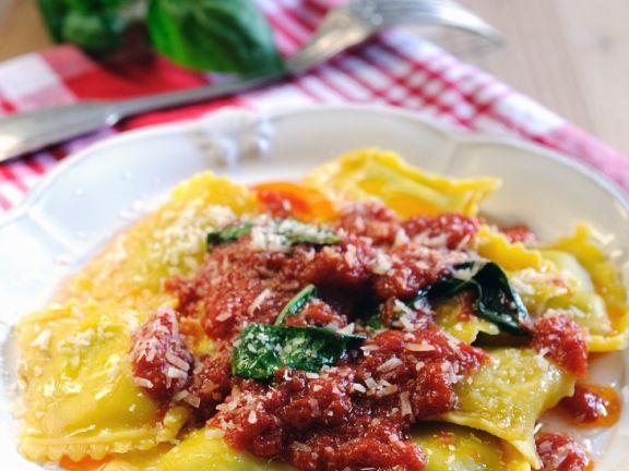 Ravioli mit Ricottafüllung und Tomatensauce