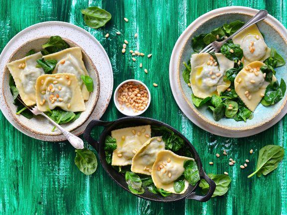 Ravioli mit Spinat und Pinienkernen