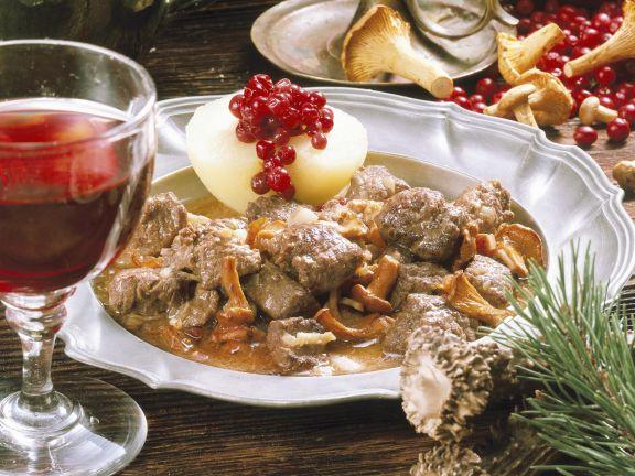 Rehgulasch mit Blaukraut und Kartoffeln