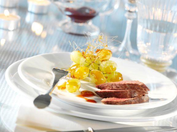 Rehrückenfilet mit scharfer Cumberlandsauce und karamellisierten Weintrauben