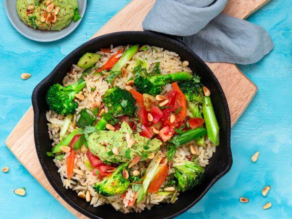 Reis-Gemüse-Pfanne mit Avocado-Limetten-Pesto