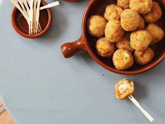Reisbällchen mit Mozzarella gefüllt