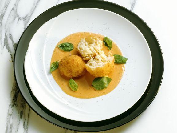 Reisbällchen mit Tomatensauce