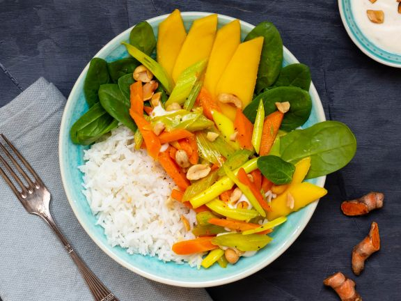 Reisbowl mit Kurkumagemüse, Babyspinat, Erdnussdip und Mango