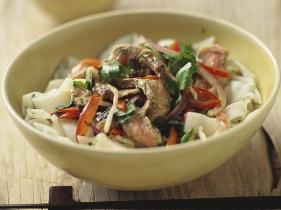 Reisnudel-Rindfleisch-Salat mit Koriander und Palmzucker
