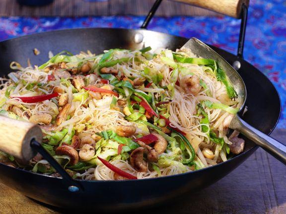 Reisnudeln mit Garnelen, Fleisch und Gemüse aus dem Wok