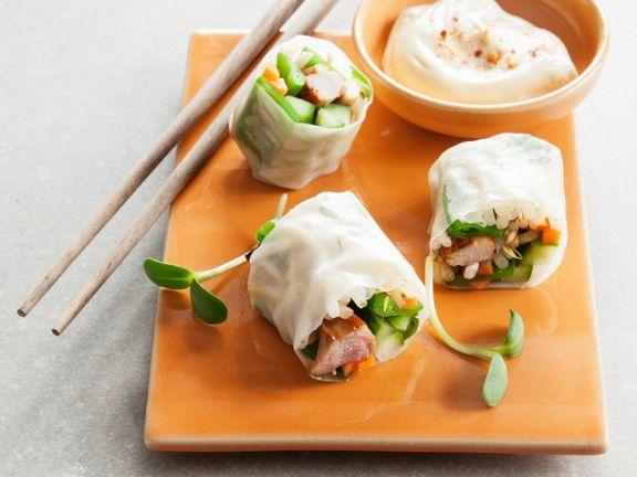 Reispapierröllchen mit Huhn, Gemüse und Dip