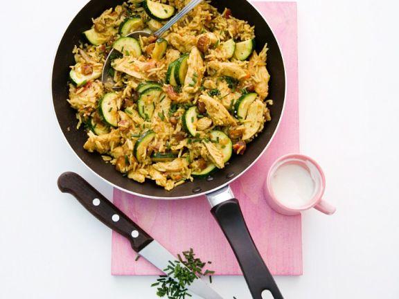 Reispfanne mit Huhn, Datteln und Zucchini