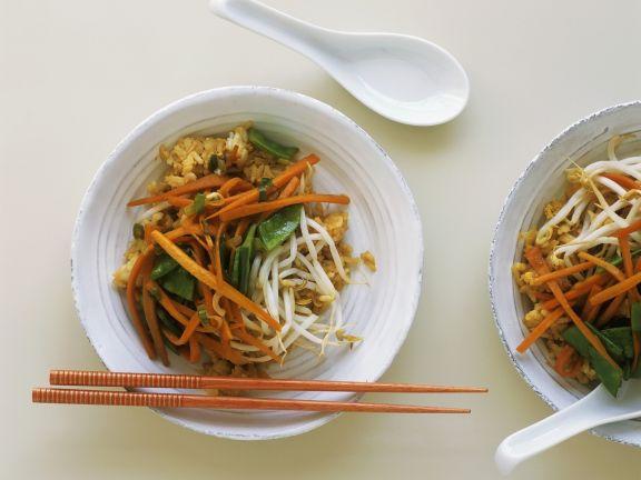 Reispfanne mit Möhren, Zuckerschoten und Sprossen