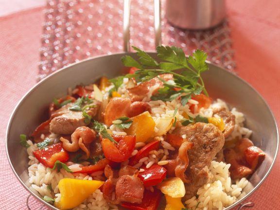 Reispfanne mit Paprika, Fleisch und Speck