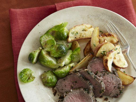 Rinderfilet mit Kartoffelecken und Rosenkohl