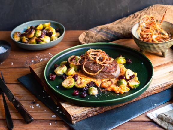 Rinderfilet mit Süßkartoffelstampf, Rosenkohl und Röstzwiebeln
