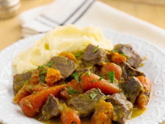 Rindergulasch mit Karotten und Kartoffelbrei