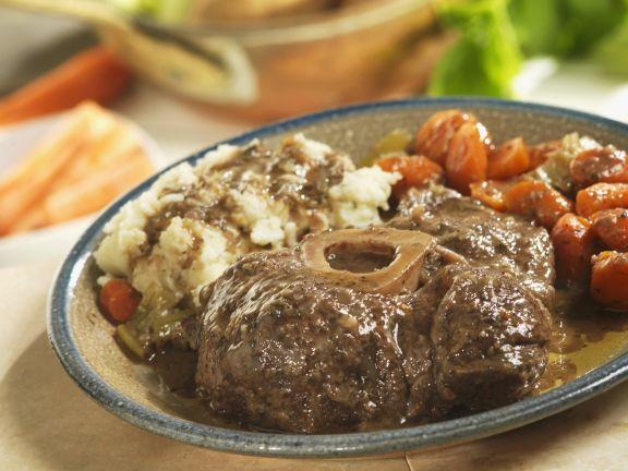 Rinderhaxe mit Kartoffelbrei und Karotten